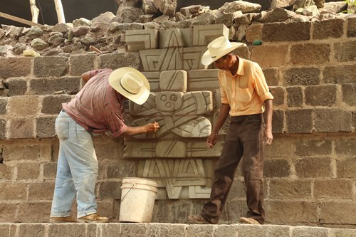 Workers renovate stone decorations of crossed torches at the Copán site. (Photo/Courtesy of Li Xinwei)