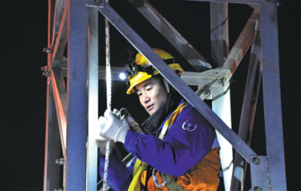 团队成员:在攀登时携带3公斤安全绳和维护设备