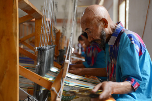 A craftsman weaves Atlas silk at a workshop in Jiya village of Hotan prefecture, Xinjiang Uygur autonomous region. (Photo/Xinhua)