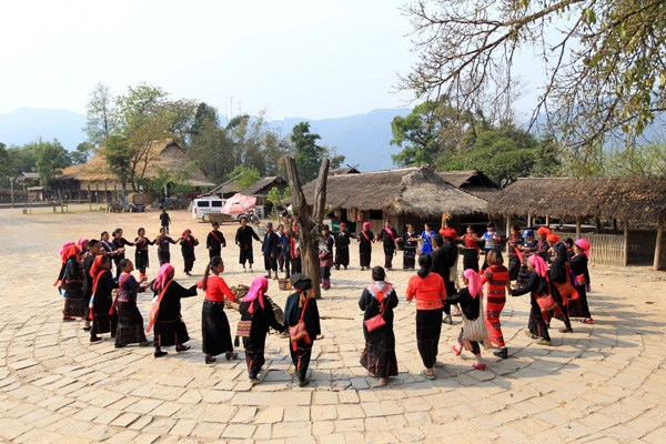 Tourists and the locals dance in a circle at Wengding village in Southwest China's Yunnan province, on March 22, 2018. (Photo/Xinhua)