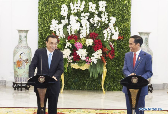 Chinese Premier Li Keqiang (L) and Indonesian President Joko Widodo meet the press after their talks at the presidential palace in Bogor, Indonesia, May 7, 2018. (Xinhua/Wang Ye)