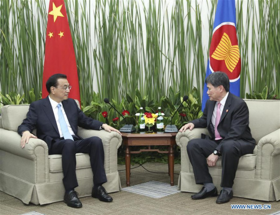 Chinese Premier Li Keqiang (L) meets with Lim Jock Hoi, secretary general of the Association of Southeast Asian Nations (ASEAN), at the ASEAN Secretariat in Jakarta, Indonesia, May 7, 2018. (Xinhua/Pang Xinglei)