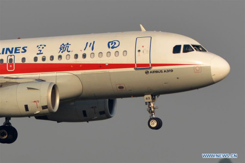 Sichuan Airlines Flight 3U8633 prepares to land in Chengdu with a damaged cockpit windshield (circle) on Monday. (Photo/Xinhua)