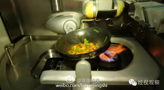 A robot chef cooks a dish at Li's restaurant in Changsha city, Central China's Hunan province. (Photo/Sina Weibo)