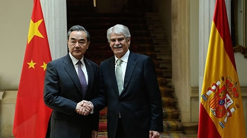 Chinese State Counselor and Foreign Minister Wang Yi shakes hands with his Spanish counterpart Alfonso Dastis in Madrid, Spain, May 17, 2018. /MOFA Photo