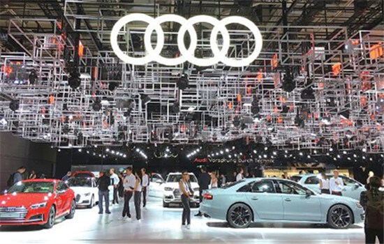 The Audi booth attracts visitors at the 2016 Paris auto show. (LI FUSHENG / CHINA DAILY)