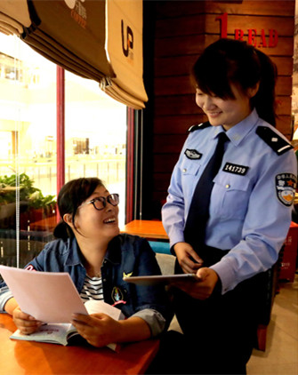 A policewoman explains how to prevent information from being stolen in a shopping mall in Shenyang, Liaoning province, in September. (HUANG JINKUN / FOR CHINA DAILY)