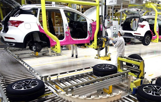 Workers assemble a GS8, a homegrown SUV, at the production base of GAC Group in Guangzhou, Guangdong province. (Photo provided to China Daily)