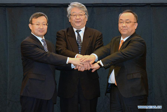 Wang Shouwen (L), Chinese vice minister of commerce, Keiichi Katakami (C), Japan's deputy minister for foreign affairs, Lee Sang-jin, assistant minister of Republic of Korea Ministry of Trade, shake hands during the 12th round of talks on a trilateral free trade agreement in Tokyo, Japan, April 13, 2017. (Xinhua/Ma Ping)