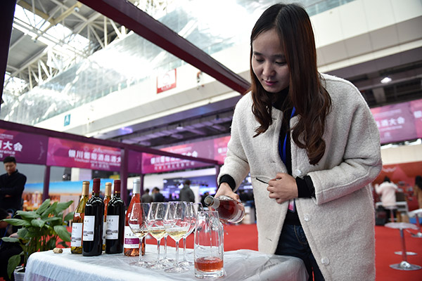 A worker from a winery pours wine at a wine tasting conference in Yinchuan, the Ningxia Hui autonomous region. (Photo/Xinhua)