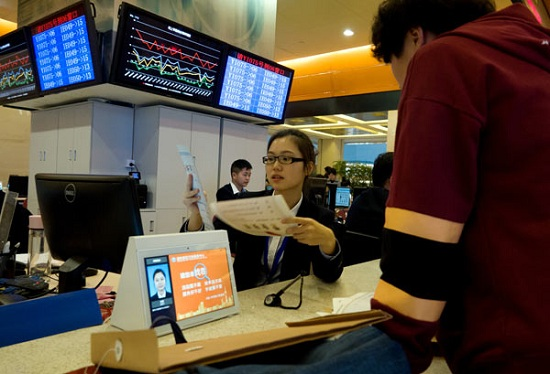 A business owner applies for a license at the Government Affairs Center of the Free Trade Zone of Pudong New District, Shanghai, on Nov 28. (Photo by Gao Erqiang/China Daily)