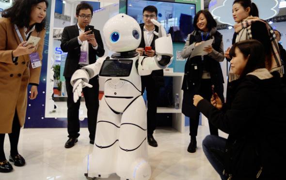 游客在人工智能与机器人展览会在南京,中国东部江苏省省会。(图片由崔小/中国日报)