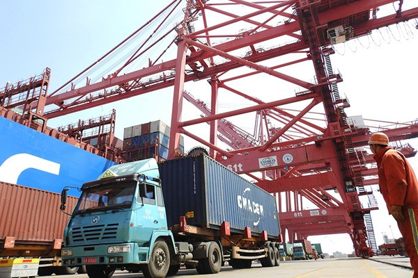 A harbor employee oversees cargo unloading in Lianyungang Port, Jiangsu Province. (Photo/for China Daily)