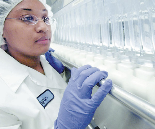 An employee of AstraZeneca's plant in the United States inspects the production line of the lung cancer drug Iressa. (Photo provided to China Daily)