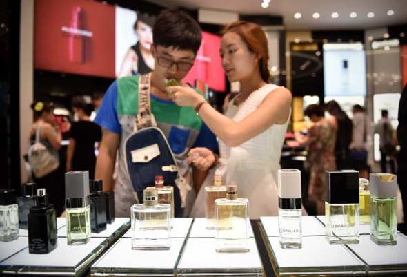 Tourists buy perfume at a duty-free shop in Sanya, Hainan province. (Photo/Xinhua)