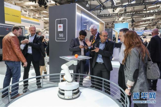 Visitors enjoy performances of 5G-controlled robot at the Huawei exhibition area at the Hannover Messe in Germany on April 24, 2018. [Photo: Xinhua]
