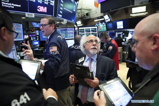 Traders work at the New York Stock Exchange in New York, the United States, on May 21, 2018. U.S. stocks closed higher on Monday. (Xinhua/Wang Ying)