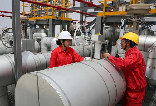 Technicians check liquefied natural gas facilities in Nantong, Jiangsu Province. (XU CONGJUN/FOR CHINA DAILY