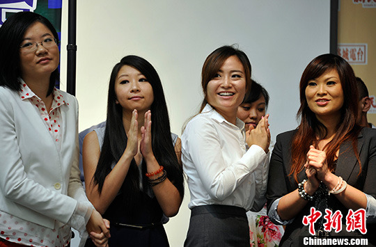 Hostesses of FM 93.5, the first Chinese-language FM radio in US. [Photo/CNS Mao Jianjun]