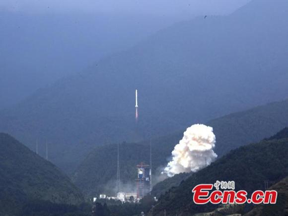 A Long March-2C rocket blasts off at 12:21 p.m., Sept. 29, 2017. (Photo: China News Service/Zhang Wenjun)