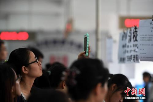 Monthly salary of white collars rises to 7,599 yuan