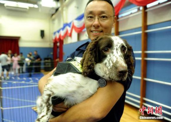 A man holds a service dog. (File photo/China News Service)