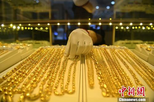 Gold products are sold at a shop. (Photo/China News Service)