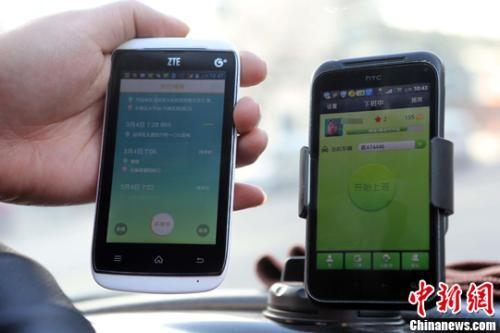 A customer compare prices of an app on iOS app and Android versions. (Photo/China News Service)