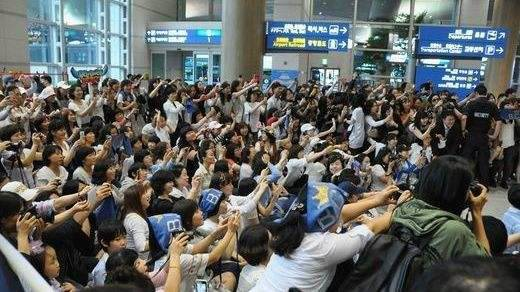 Crazed celebrity fans a headache for airports