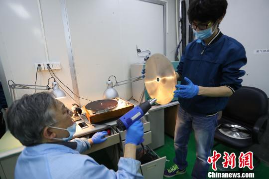 Vinyl record production revives in Shanghai after 22 years