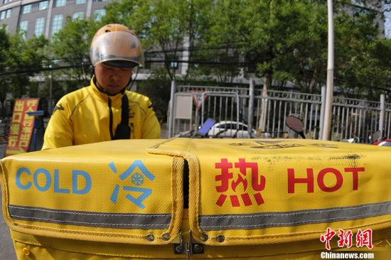 A delivery man prepares to send food. (Photo/China News Service)