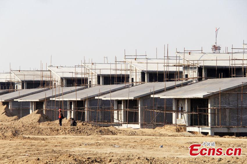 Photo taken on November 4, 2014 shows villas under construction along a section of the Yellow River in Zhengzhou, Central China's Henna province. Local officials said the unfinished villa complex was an illegal one, which had been built with no approval.  [Photo/ CFP]