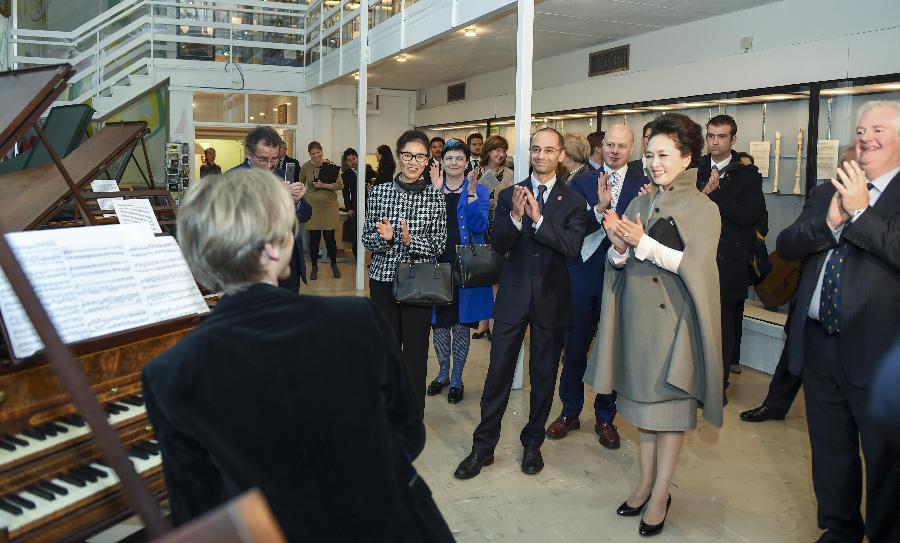 Peng Liyuan visits Royal College of Music in London