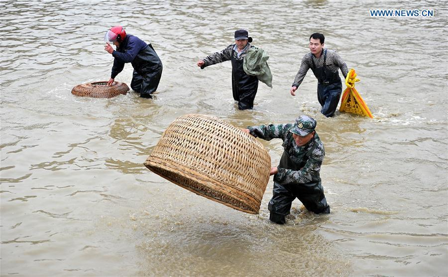 Villagers hold blessing campaign for harvest year in hunan for People catching fish