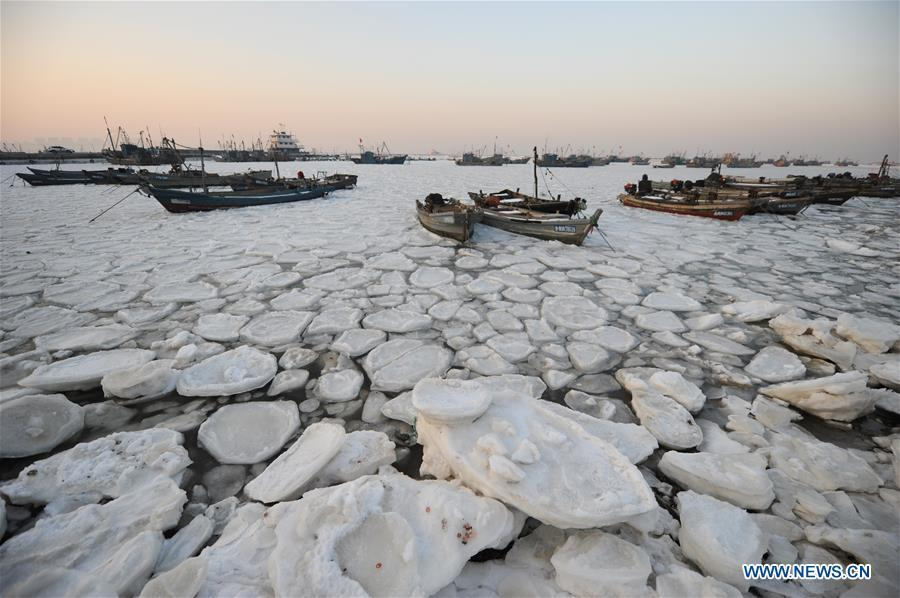 Sea ice traps boats as cold wave sweeps across East China(1/9)