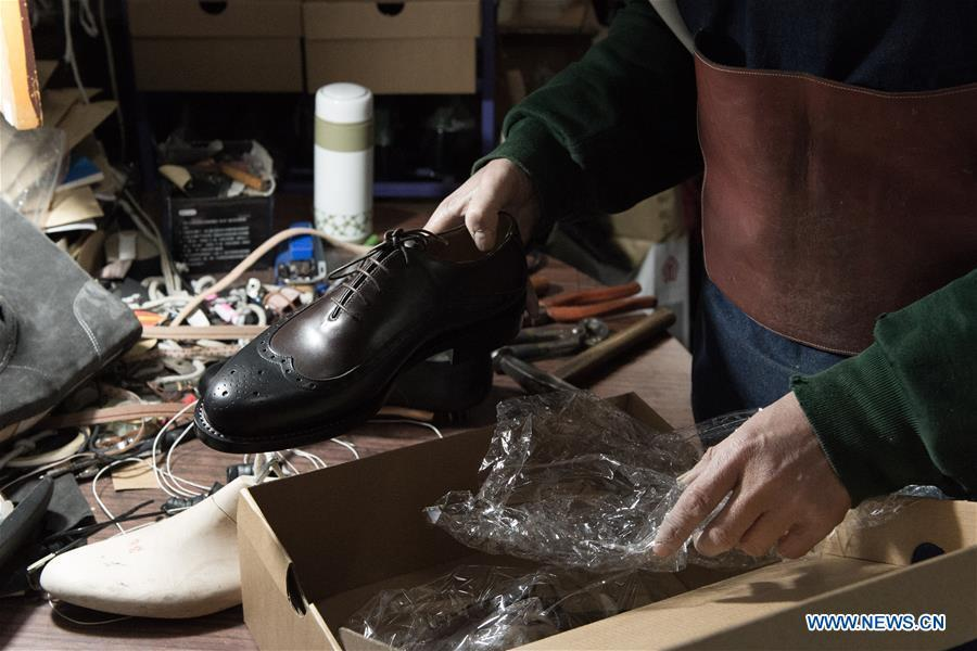 6b502681a85f6 Custom shoemaker treads the path of tradition(3/5)