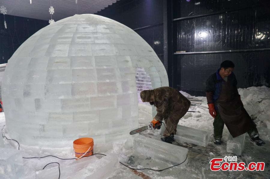 Fans set to brave 10 hours in homemade ice room(2/7)