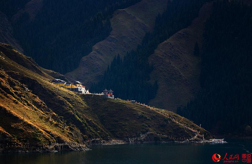 Located in Xinjiang Uyghur Autonomous Region, Tianchi Lake is an alpine lake and world nature heritage site on the north side of Bogda Mountain, which is part of the Tianshan Mountains. In Chinese mythology, Tianchi Lake is an abode of the immortals. (Photo/people.cn)