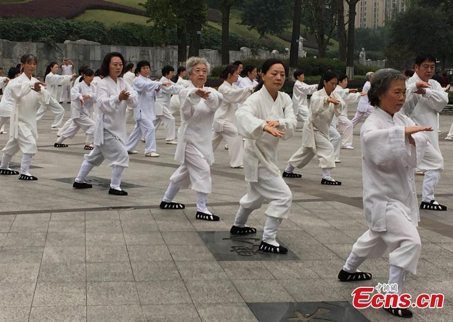 Young man becomes Taichi master for elderly in Chongqing(4/5)