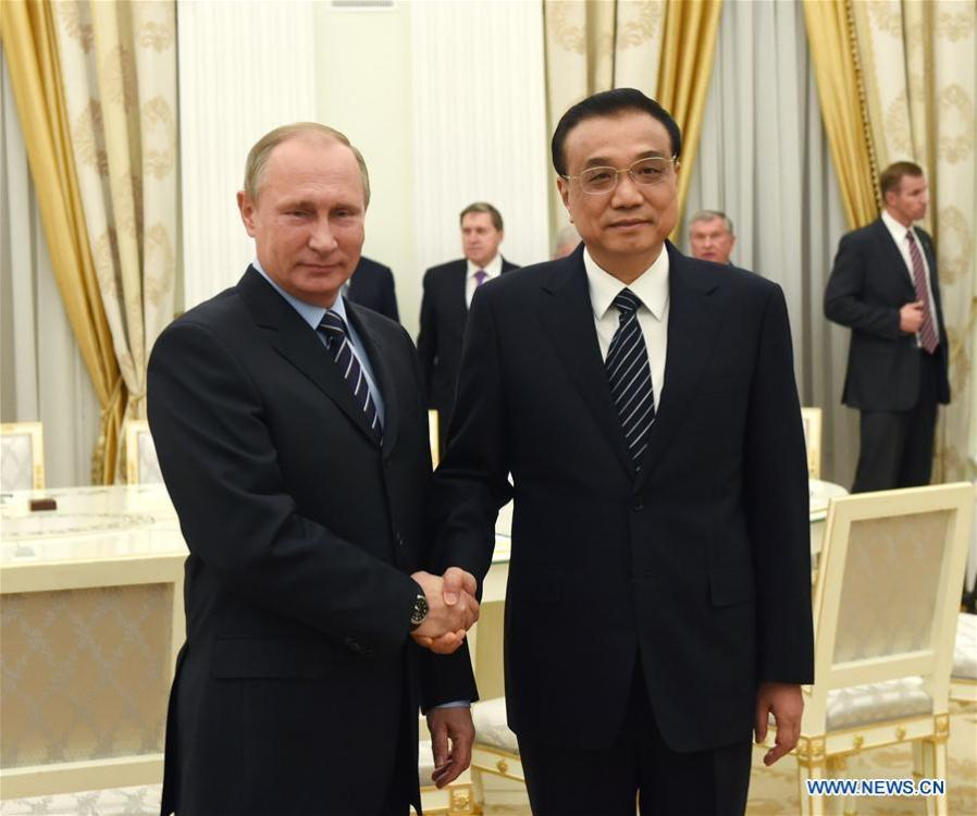 Premier Li Keqiang meets with Russian President Vladimir Putin at the Kremlin Palace