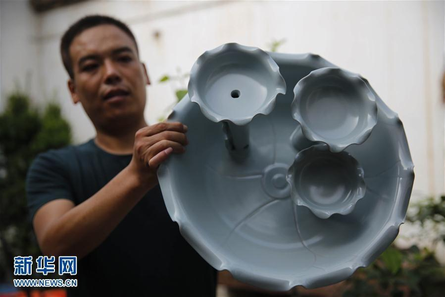 Baofeng County in mid-eastern China\'s Henan Province is the hometown of Ru porcelain. In recent years, Ru porcelain artists have combined white southern ceramic items with the traditional northern glaze and made innovations in the artform. By doing so, they have produced some oustanding colorful and creative Ru porcelain works. (Photo/Xinhua)