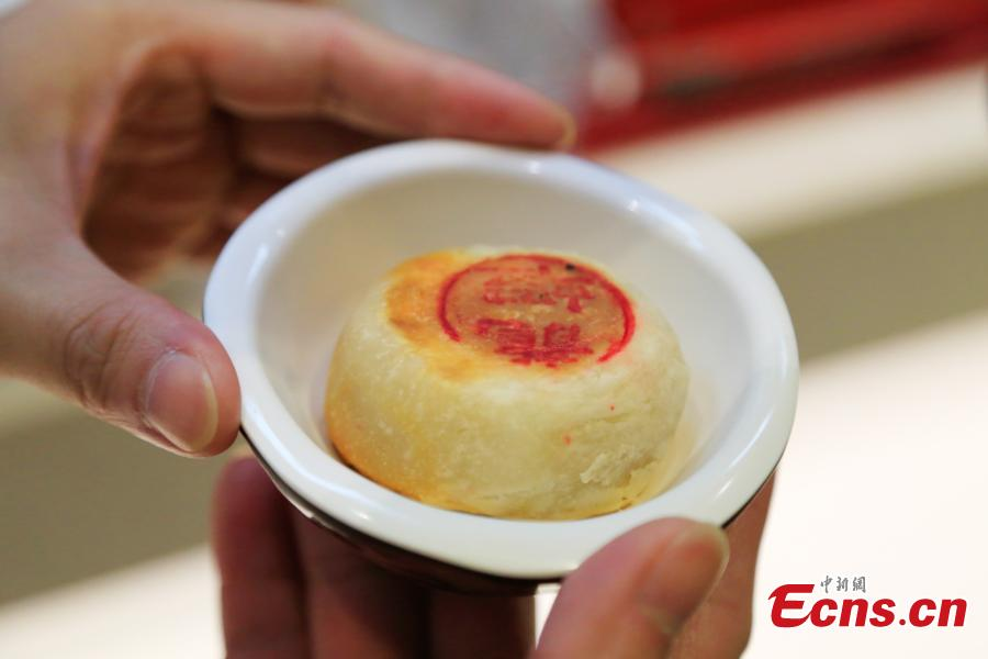 Mooncakes stuffed with crayfish are on offer at a restaurant in Hangzhou City, the capital of East China's Zhejiang Province, Sept. 29, 2017. The restaurant is experimenting with using novel ingredients in their mooncakes, a must-have delicacy for the Mid-Autumn Festival, to boost business. (Photo: China News Service/Wang Yuan)