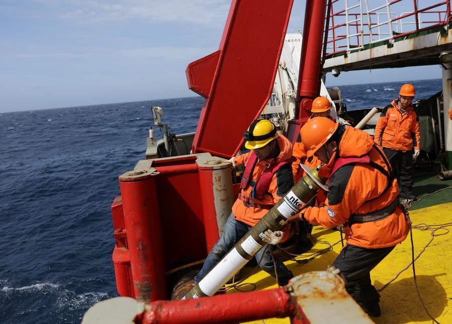 Expedition team members drop a buoy into the sea when the ship crosses the westerlies, Nov 30, 2017. (Photo/Xinhua)