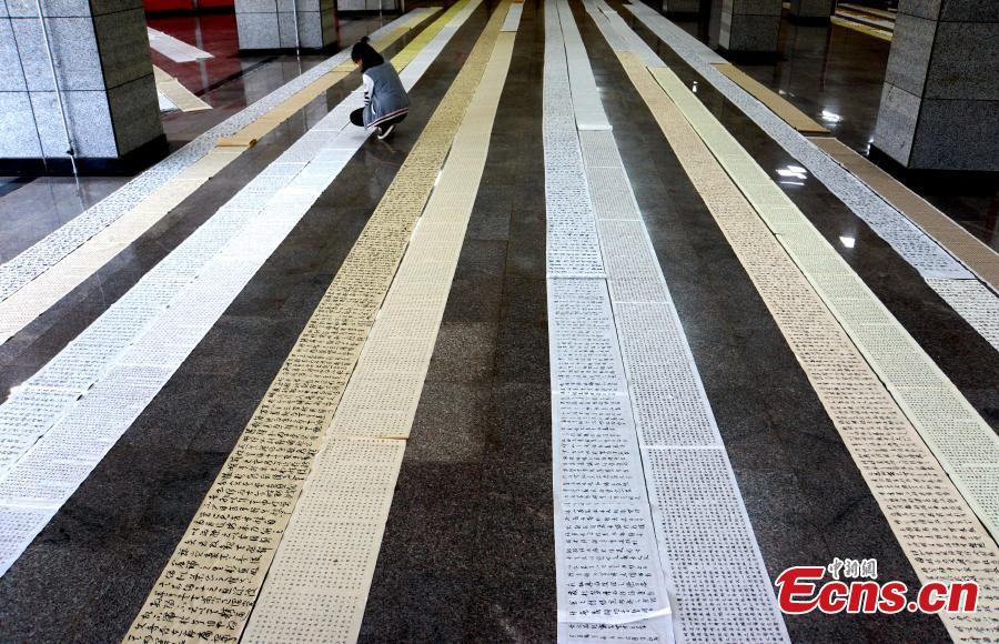The hand-writing homework of students from the Yu Youren Calligraphy School is on display in a hall at Xianyang Normal University in Xianyang City, Northwest China\'s Shaanxi Province, April 9, 2018. Students were required to finish calligraphy writing of 20,000 Chinese characters during their one-month winter vacation. The school said it aims to foster a habit for students to write calligraphy. (Photo: China News Service/Zhang Yuan)