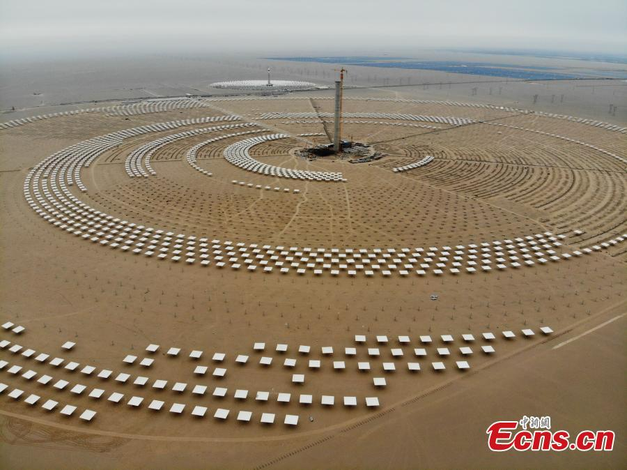 An aerial view of the 100MW molten salt solar thermal power plant in Dunhuang City, Northwest China's Gansu Province, May 17, 2018. Installation of equipment for phase two of the power plant has started, and it\'s expected to send electricity to the grid. The plant has more than 12,078 sunlight-reflecting heliostats. Molten salt solar thermal plants can harness solar energy by using molten salt as a heat transfer medium. (Photo: China News Service/Yang Yanmin)