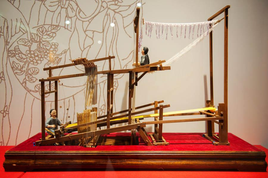 A model of ancient workers making yunjin brocade on a loom. (Photo provided to chinadaily.com.cn)