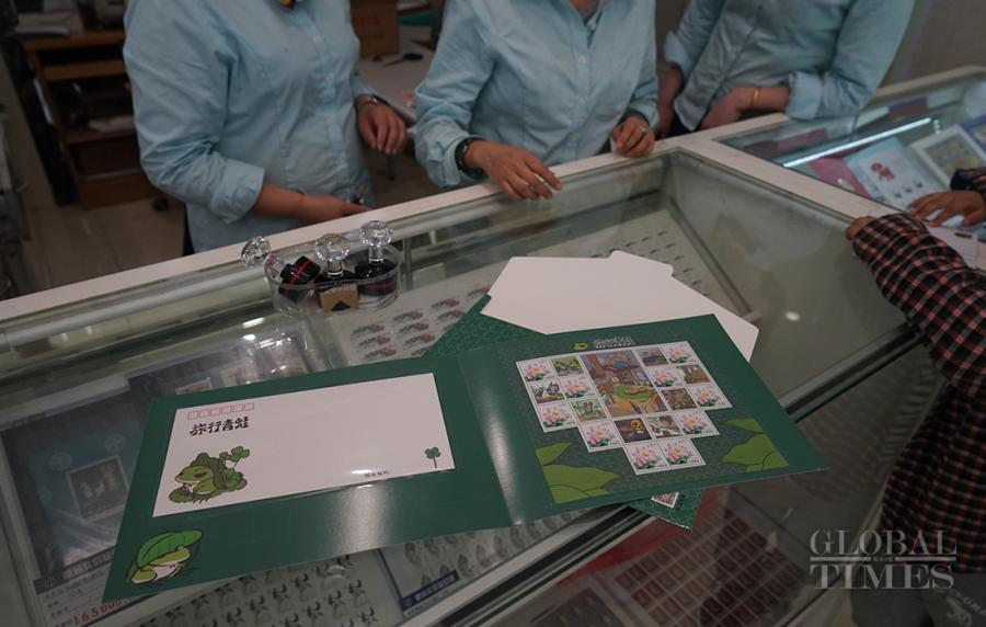 Customers can purchase a folder of travelling frog stamps.(Photo: Xiang Jun/GT)