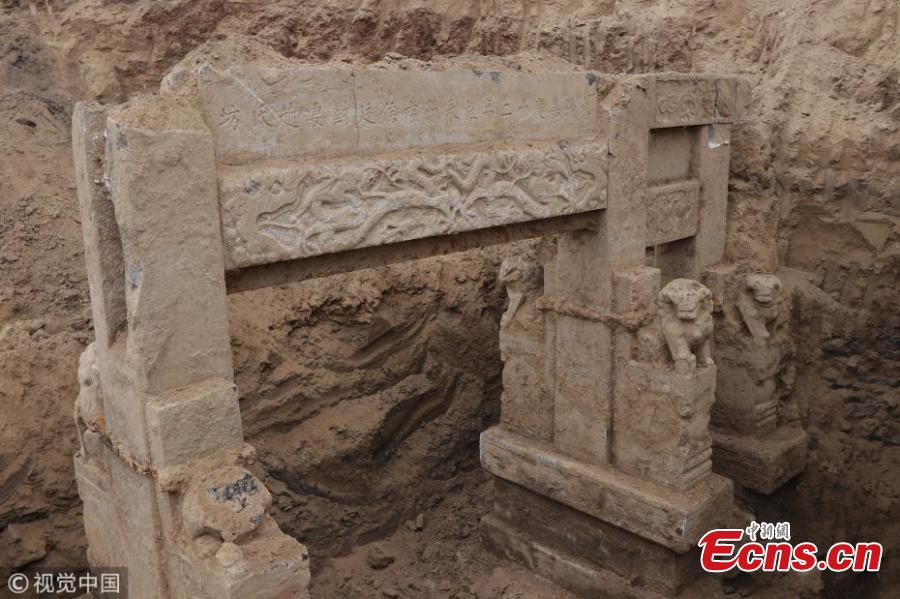 Photo taken on May 21, 2018 shows a paifang, a chastity memorial arch, from the Qing Dynasty (1644-1911) found at a construction site in Binzhou City, East China's Shandong Province. In the past, paifang were given to widows who remained unmarried till death, praising what was seen as loyalty to their deceased husbands. The structure is four meters high and six meters wide, accompanied by six stone lions at the front and rear. (Photo/VCG)
