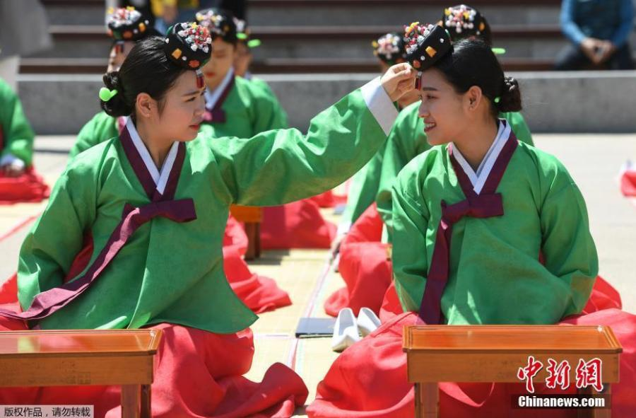 South Korean students attend a traditional coming-of-age ceremony in Seoul, May 21, 2018. Every year on the third Monday in May, South Koreans celebrate the coming-of-age ceremony for young men and women. (Photo/Agencies)