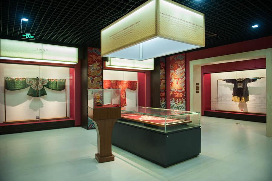 Yunjin robes from Ming and Qing dynasties on display at the Nanjing Yunjin Museum on May 21, 2018. (Photo provided to chinadaily.com.cn)  In the museum\'s operation room stands 12 traditional looms for production and demonstration use. Two craftspeople operate the upper and lower parts of each loom to produce textiles incorporating fine materials such as silk, gold and peacock feather yarn. The method comprises more than 100 procedures, including manufacturing looms, drafting patterns and the many stages of weaving itself.  The technique was once used to produce royal garments such as the dragon robe and crown costume. Today, it\'s widely used to make high-end attire and souvenirs.